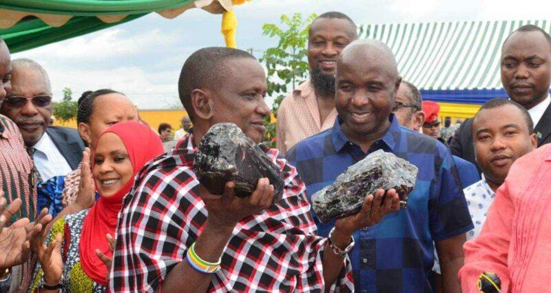 Tanzanyalı Madenci Tanzanit Taşı